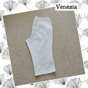 Venezia white capris with snap button pockets 20